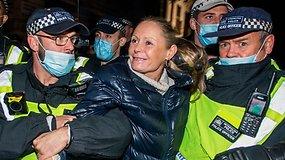 Londone minios protestuoja prieš karantiną ir suvaržymus dėl koronaviruso – suimti 104 žmonės