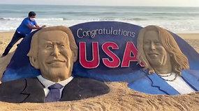 Menininkas išradingai pagerbė J.Bideną ir išrinktąją viceprezidentę – nulipdė juos iš smėlio