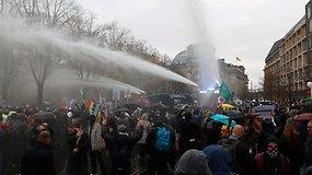 Vaikant protestuotojus prieš COVID-19 suvaržymus, Berlyne prireikė vandens patrankų