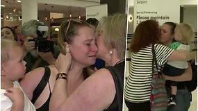 Po 8 mėn. trukusio karantino Vakarų Australija atveria sienas – pagaliau susitikę šeimos nariai nesulaikė ašarų