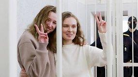 Baltarusijos žurnalistės pasiųstos 2 m. kalėti už grotų – režimas taip baudžia už protesto filmavimą