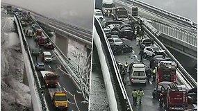 Italiją sukrėtė masinė avarija: apledėjusiame kelyje susidūrė 25 automobiliai – žuvo 2 žmonės