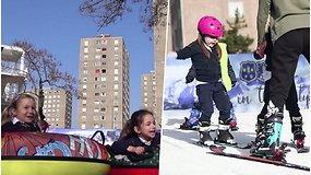 Sumažėjus pramogų, mokyklos kieme išdygo slidinėjimo trasa – vaikai mokosi čiuožti ir džiaugiasi grynu oru