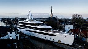 Užfiksavo, kaip didžiulė 100 m ilgio jachta spraudžiasi siaurais Nyderlandų kanalais
