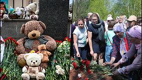 Rusijoje paskelbtas gedulas: prie mokyklos, kur užpuolikas nušovė 9 žmones, nugulė kalnai gėlių