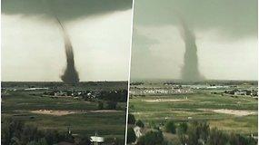 Žmonės stebėjo šėlstančią stichiją – sausumos tornado sūkurys pasiekė dangų
