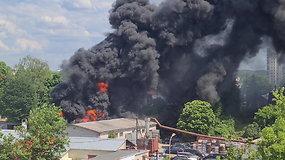 Vilnių užtemdė juodi dūmai – mažiausiai 4 gaisrininkų ekipažai skubėjo gesinti gaisro