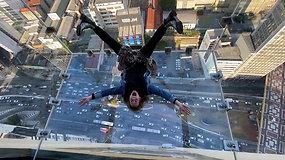 Kvapą gniaužiantis vaizdas iš stiklinio balkono 42 aukšte – po kojomis miesto panorama ir svaiginantis aukštis