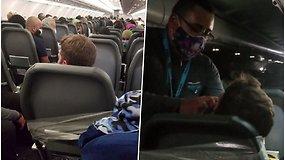 Agresyvus lėktuvo keleivis skrydį baigė lipnia juosta priklijuotas prie sėdynės