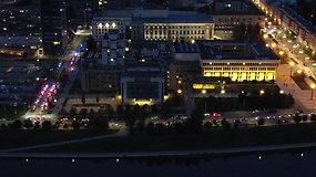 Užfiksavo, kaip naktinis protestas atrodo iš dangaus: gatvės pilnos žmonių, žybsi nuo policijos automobilių