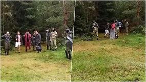 Užfiksavo, kaip Baltarusijos pareigūnai stumia migrantus į Lietuvą ir patys neteisėtai peržengia sieną