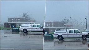 Užfiksavo dramatišką akimirką – įsišėlęs uraganas Ida nuplėšė ligoninės stogą