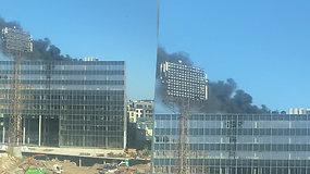 Sostinėje į dangų pakilo dūmų stulpas: įvykio vietoje darbuojasi ugniagesiai