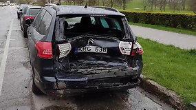 """Klaipėdoje neblaivus vairuotojas """"netilpo"""" posūkyje: naktį apdaužė 5 mašinas"""