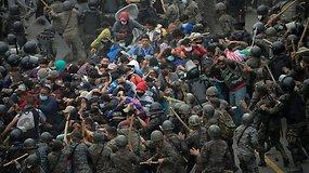 Tūkstančius migrantų pasitiko ginkluoti kariai – dalis žmonių sužeista, kai kuriems teko grįžti atgal