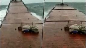 Kameros užfiksavo šokiruojančią akimirką: nuo didžiulės bangos laivas skilo per pusę – žuvo 3 jūreiviai