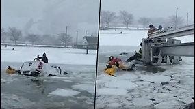 Automobilyje po ledu įstrigusi pora išvengė tragedijos – skęstančius išgelbėjo greitai sureagavę ugniagesiai