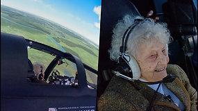 99 m. močiutė pasiekė rekordą – tapo vyriausia simuliacinio naikintuvo šturmane