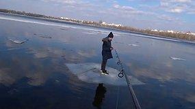 Ant ledo lyties plūduriavusį berniuką žvejys ištraukė su paprasta meškere