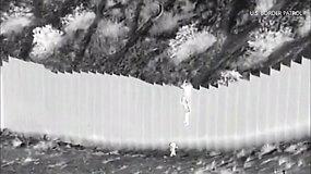 Per Naujosios Meksikos pasienio tvorą buvo permesti ir likimo valiai palikti 2 mažamečiai vaikai