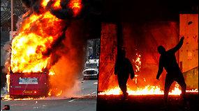 Protestuotojai D.Britanijoje: padegė pagrobtą autobusą ir akmenimis užpuolė policiją