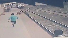 Per plauką išvengė mirties – Indijos geležinkelio darbuotojas išgelbėjo ant bėgių nukritusį vaiką