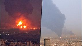 Irano naftos gamykloje įvyko sprogimas – juodų dūmų kamuoliai uždengė dangų