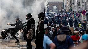 Prancūzai nepatenkinti – protestuoja prieš naujus COVID-19 suvaržymus