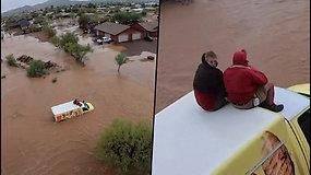 Du žmonės užstrigo ant automobilio stogo – dėl potvynio nebegalėjo tęsti kelionės