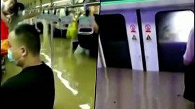 Kaip siaubo filme – keleiviai grumiasi su greitai augančiu vandens lygiu traukinio vagone