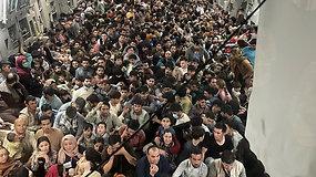 Įspūdingas vaizdas – šimtai afganistaniečių susigrūdo į vieną lėktuvą