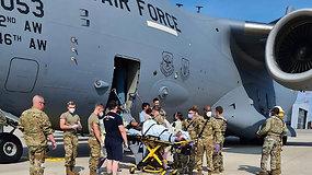 Afganė pradėjo gimdyti evakuaciniame lėktuve – orlaivio vado sprendimas išgelbėjo jai gyvybę