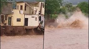 Nufilmavo akimirką, kaip audros neatlaikęs namas sugriūna į upę