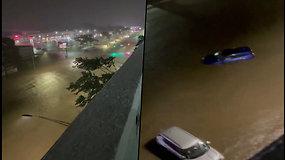 Niujorko gatvė pavirto upe – vairuotojai užstrigo automobiliuose