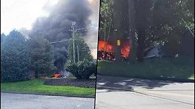 Konektikute lėktuvas nukrito ant pastato, kuriame dirbo virš 100 žmonių