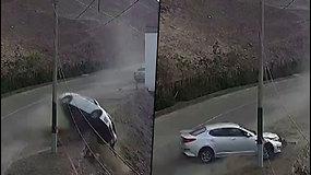 Vairuotojas prarado automobilio kontrolę – trenkėsi į elektros skydelįir nuriedėjo nuo kalno