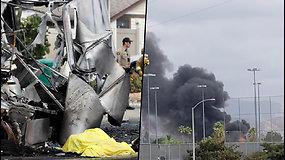 Amerikoje – kraupi aviakatastrofa: lėktuvas sudužo gyvenvietėje, žuvo gydytojas ir vairuotojas