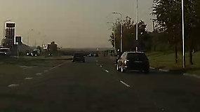 Skaitytojas užfiksavo pavojingą motociklininko elgesį – užlindo prieš automobilį
