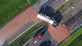 Lenkijos greitkelį užliejo šokolado upė
