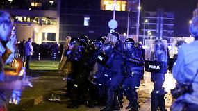Į pareigūnų skydus iš protestuotojų pasipylė akmenų lavina