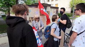Konfliktas prie JAV ambasados: Žmogaus teisių centro vadovė B.Sabatauskaitė nuplėšė oponentų plakatą