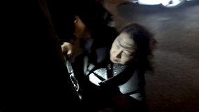 """Užfiksuota """"barbariška ataka"""" prieš Honkongo lyderės teisingumo ministrę – pargriuvo apsupta protestuotojų"""