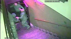 Policija ieško supykusių alytiškių, kurie spardė naktinio klubo duris