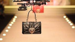 """""""Dolce & Gabbana"""" kolekcijos pristatyme rankinių modeliais tapo dronai"""