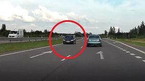 Neįtikėtina: automobilis Jonavos rajone važiavo prieš eismą