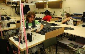 """""""Lelijos"""" Rokiškio siuvimo įmonės darbuotojos skundžiasi esančios išnaudojamos"""