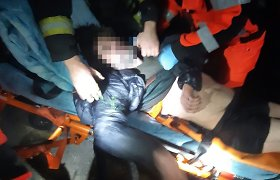 Karšta gelbėjimo operacija Šalčininkėliuose: policininkai puolė į gaisrą, nelaukdami ugniagesių