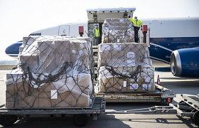 Kaune nusileido lėktuvas su apsaugos priemonėmis medikams