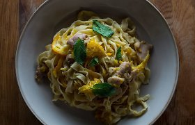Nekasdieniškai, bet greitai: makaronai su vištienos, ančiuvių ir apelsinų padažu