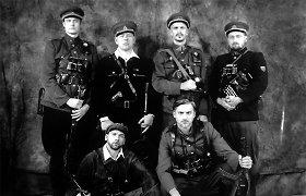 Žinomi vyrai išreiškė pagarbą A.Ramanauskui-Vanagui: įsiamžino su partizanų uniformomis